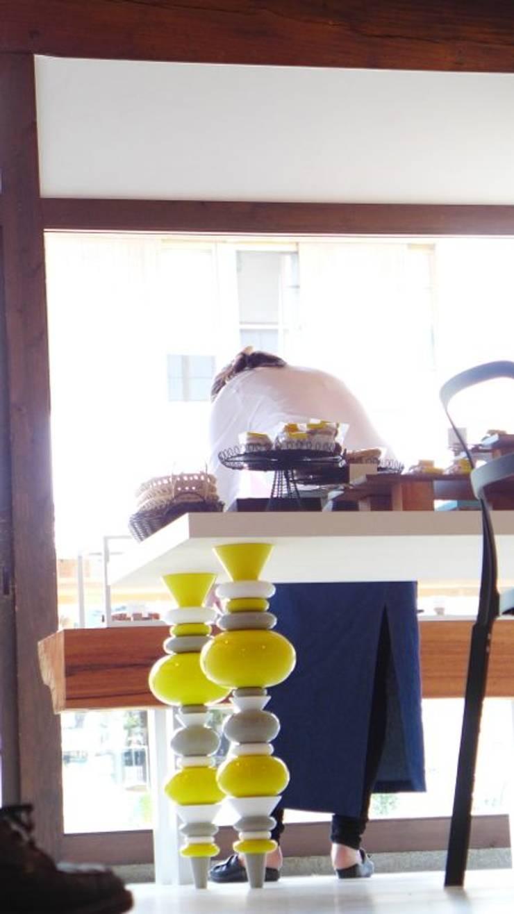 テーブルの脚.: 宮城雅子建築設計事務所 miyagi masako architect design office , kodomocafe が手掛けたオフィススペース&店です。,