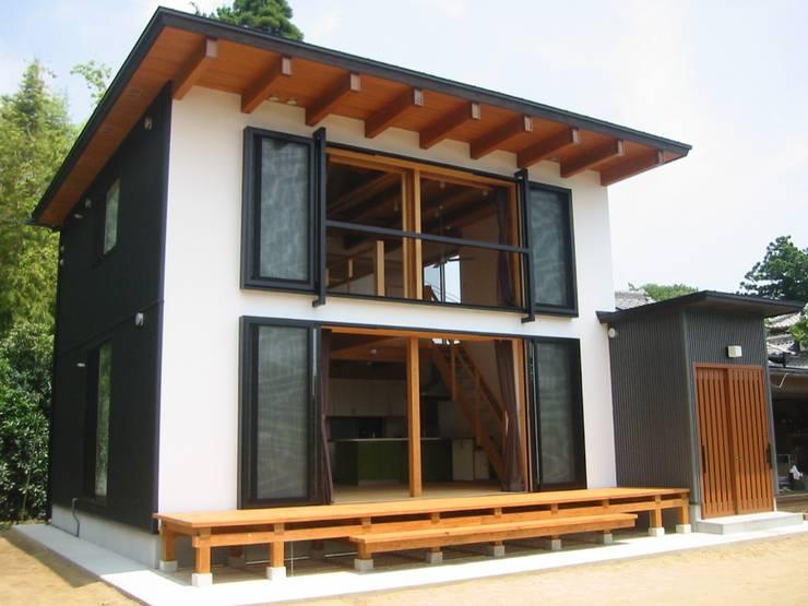 南側全景: 青戸信雄建築研究所が手掛けた家です。
