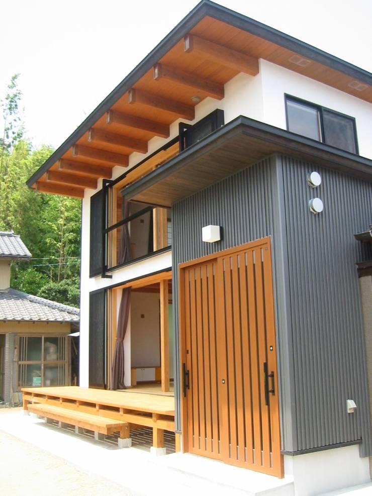 玄関棟より見る: 青戸信雄建築研究所が手掛けた家です。