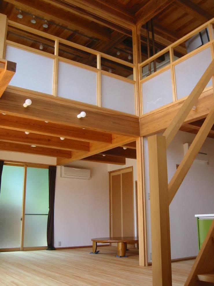リビング吹抜け: 青戸信雄建築研究所が手掛けたリビングです。