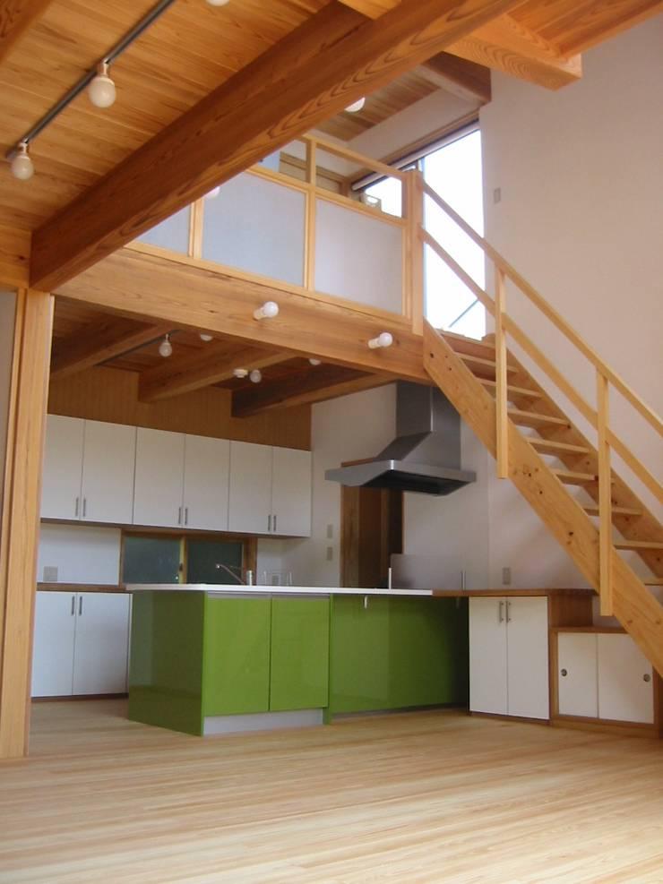 キッチンを見る: 青戸信雄建築研究所が手掛けたキッチンです。