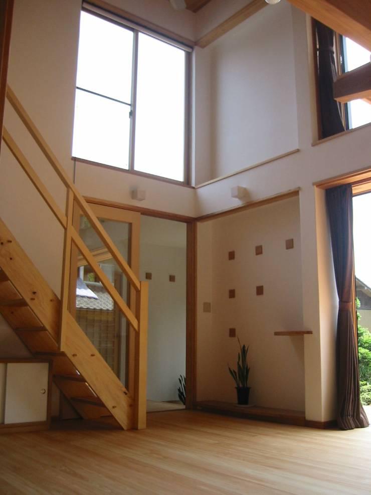 リビング吹抜けより玄関方向を見る: 青戸信雄建築研究所が手掛けたリビングです。
