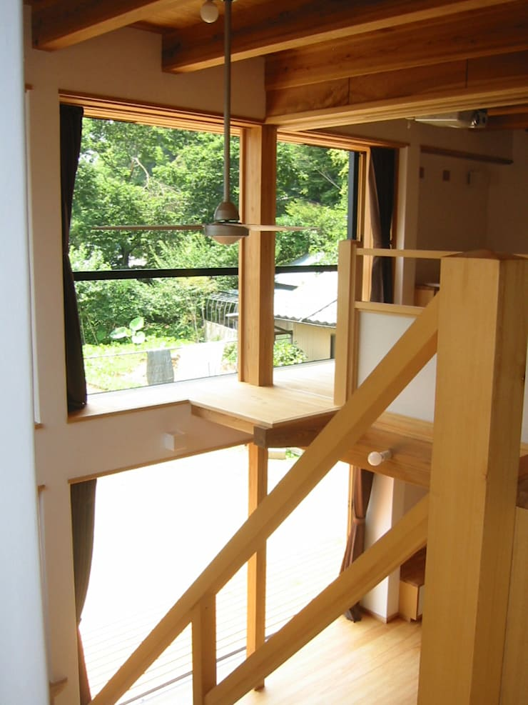 2階よりリビング吹抜けを見る: 青戸信雄建築研究所が手掛けたリビングです。