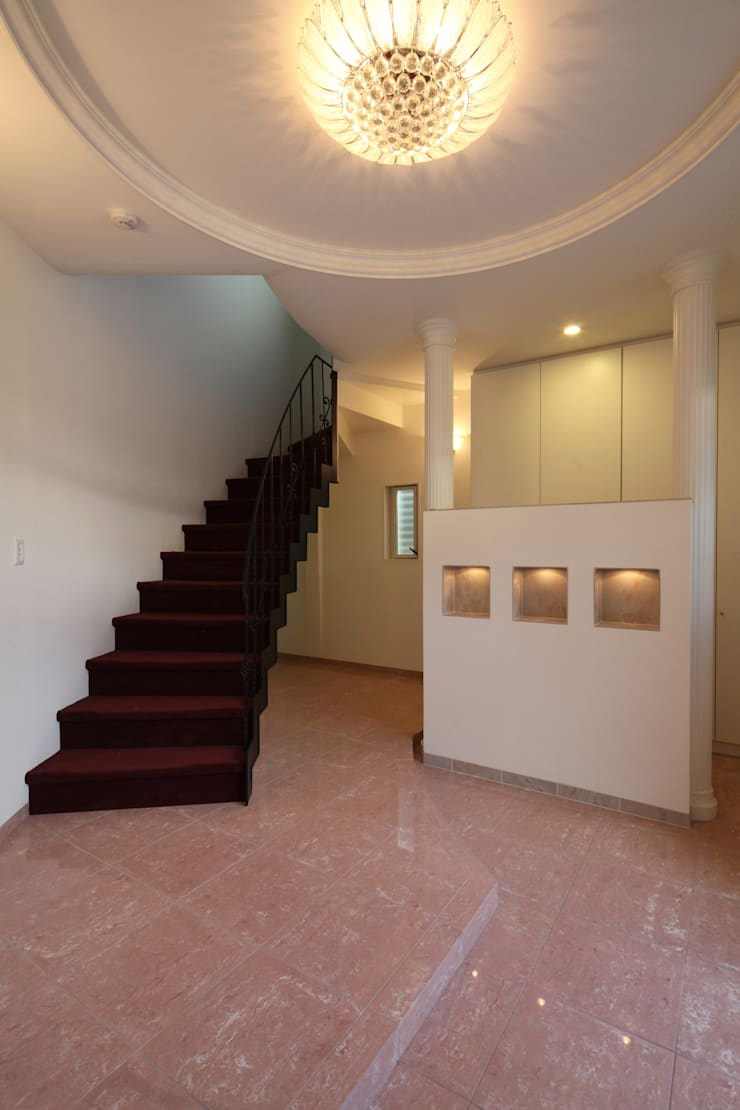エントランスホールとシュークローク: atelier mが手掛けた廊下 & 玄関です。,