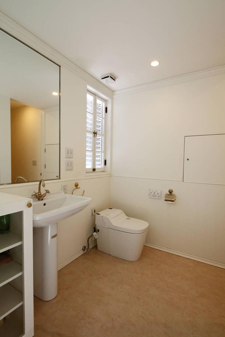 サンルームと吹抜のある家-古城のように-: atelier mが手掛けた浴室です。,