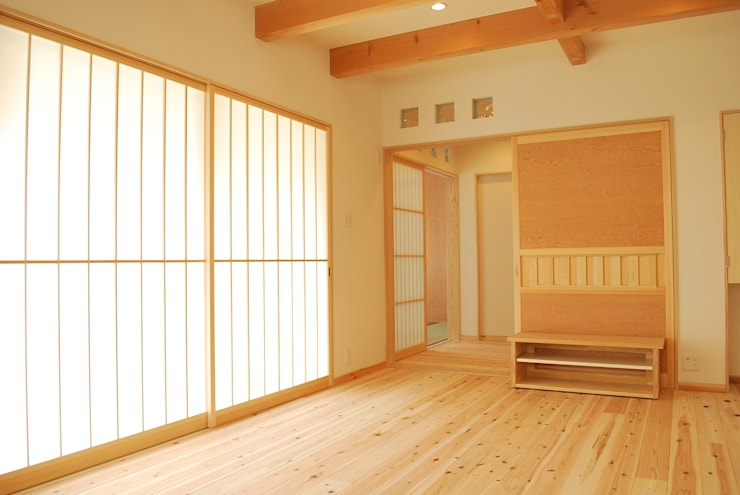 Living room by 西川真悟建築設計, Modern