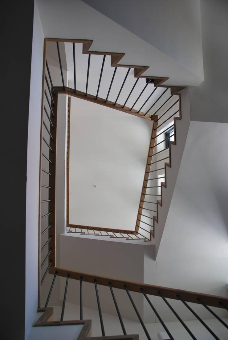 Pasillos y vestíbulos de estilo  por Architektenburo J.J. van Vliet bv, Moderno