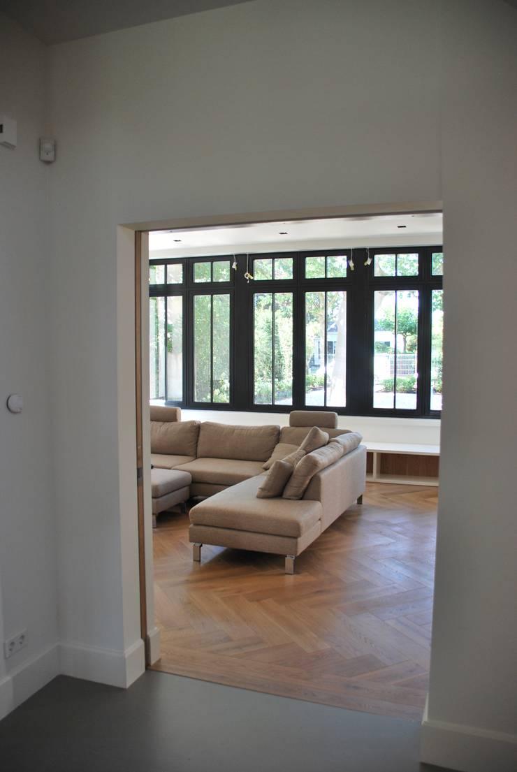 Salas / recibidores de estilo  por Architektenburo J.J. van Vliet bv, Clásico