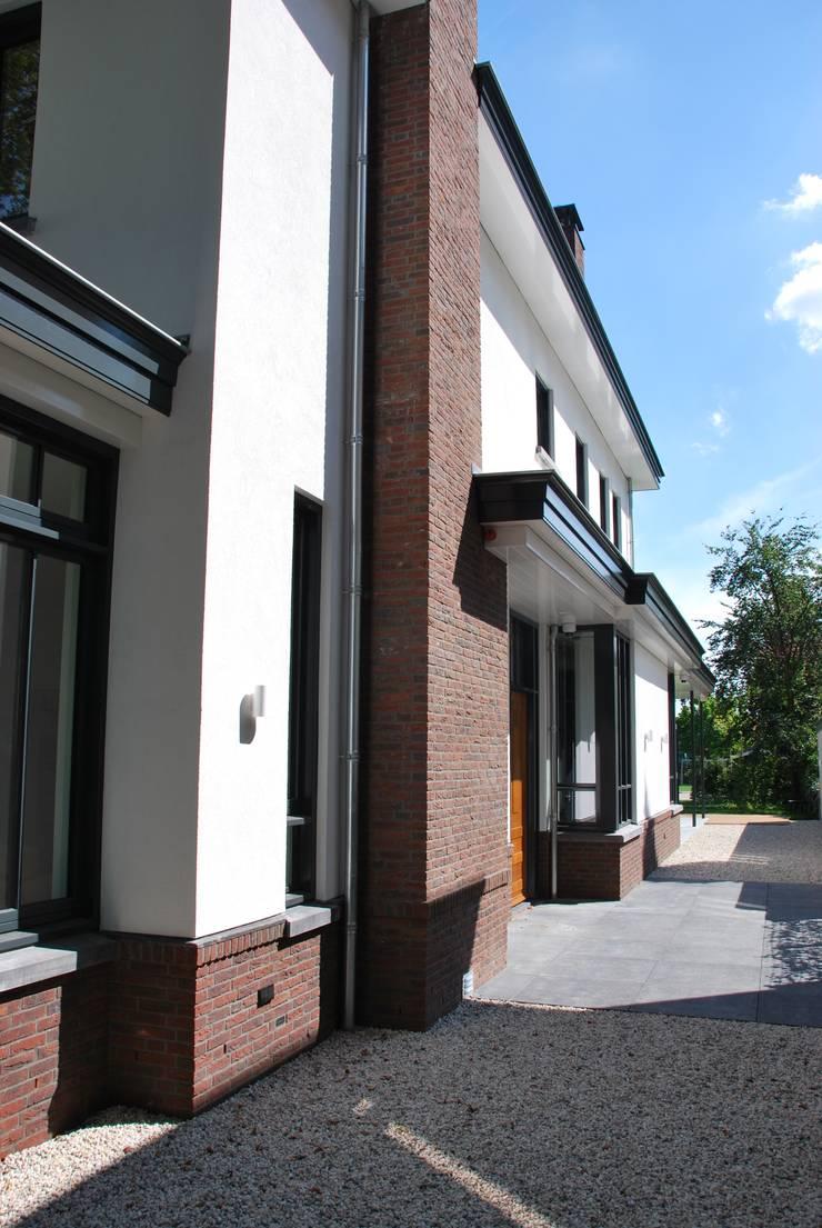 Casas de estilo  por Architektenburo J.J. van Vliet bv, Clásico
