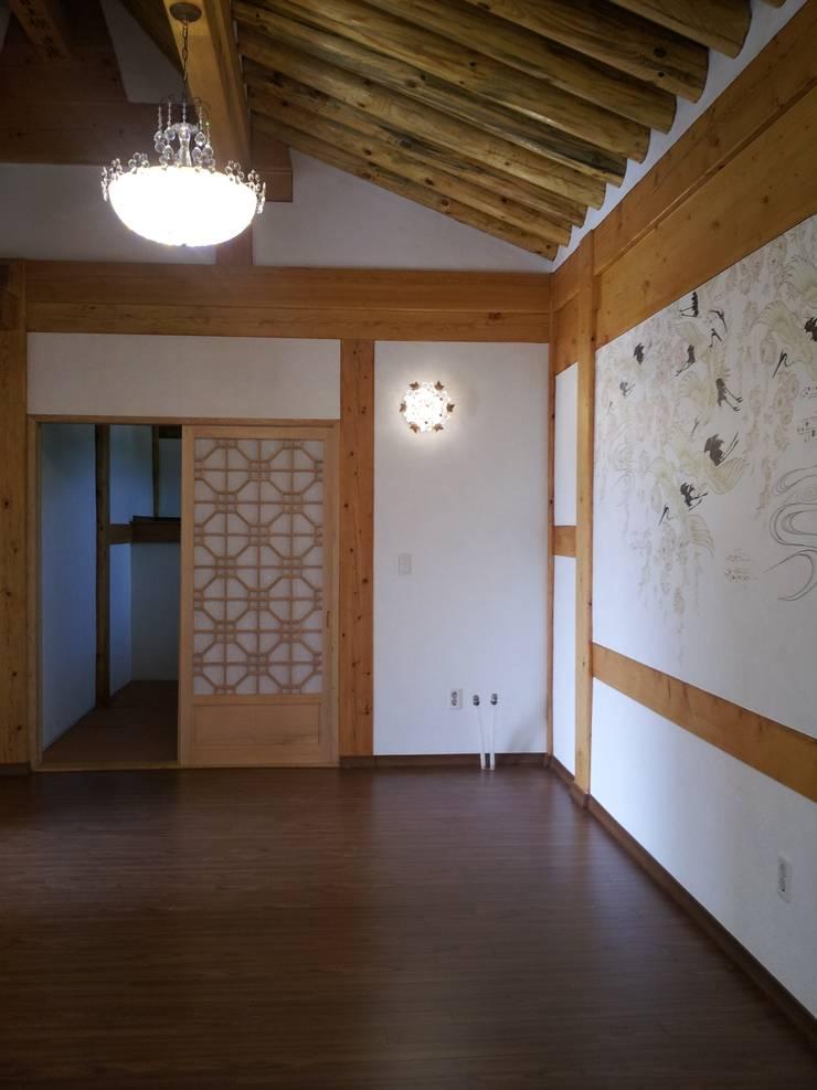 장흥리 한옥마을 내 주택: 금송건축의  침실