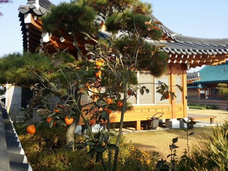 장흥리 한옥마을 내 주택: 금송건축의  주택