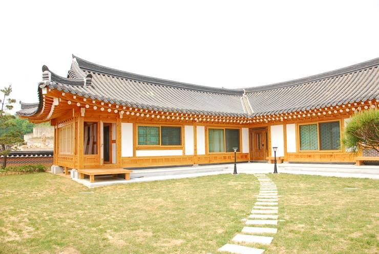 Projekty, azjatyckie Domy zaprojektowane przez 금송건축