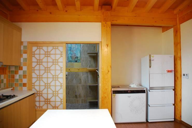 장흥리 한옥마을 내 주택: 금송건축의  주방