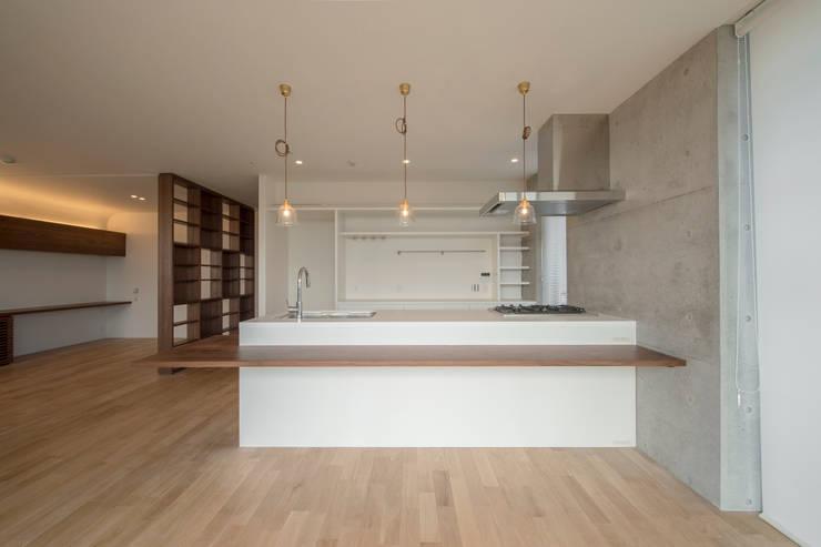 a-blancコーポラティブハウス: plots inc.が手掛けたキッチンです。
