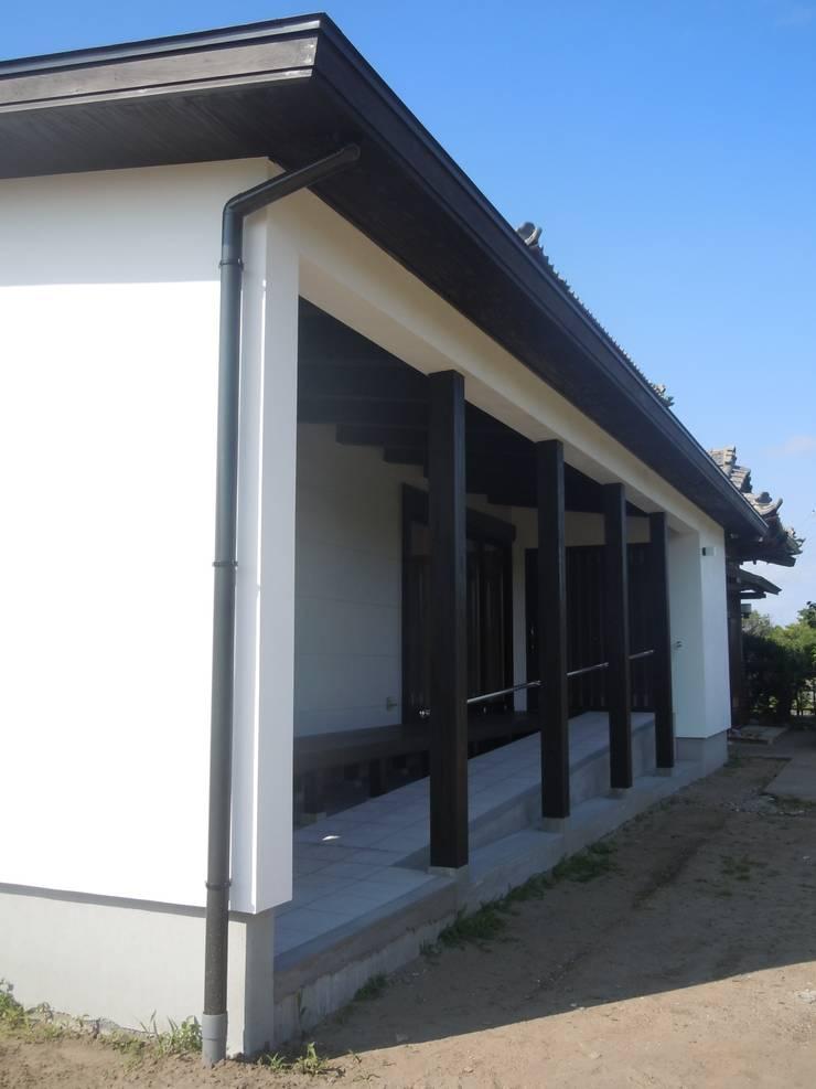 ファサード側面: 青戸信雄建築研究所が手掛けた家です。