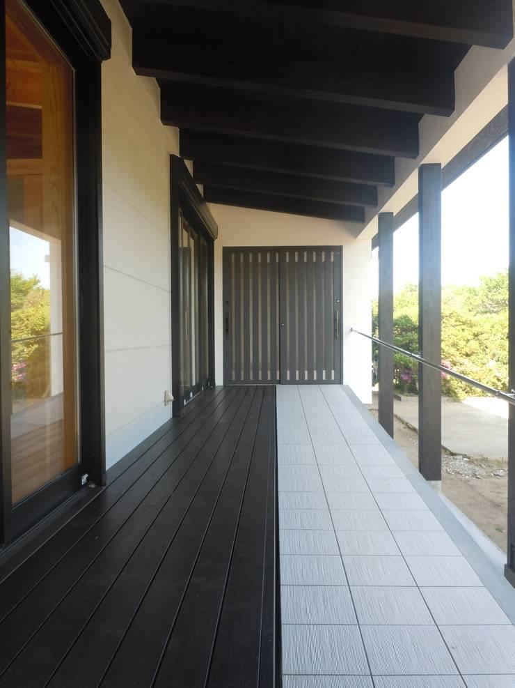 アプローチスロープ・デッキ: 青戸信雄建築研究所が手掛けたテラス・ベランダです。