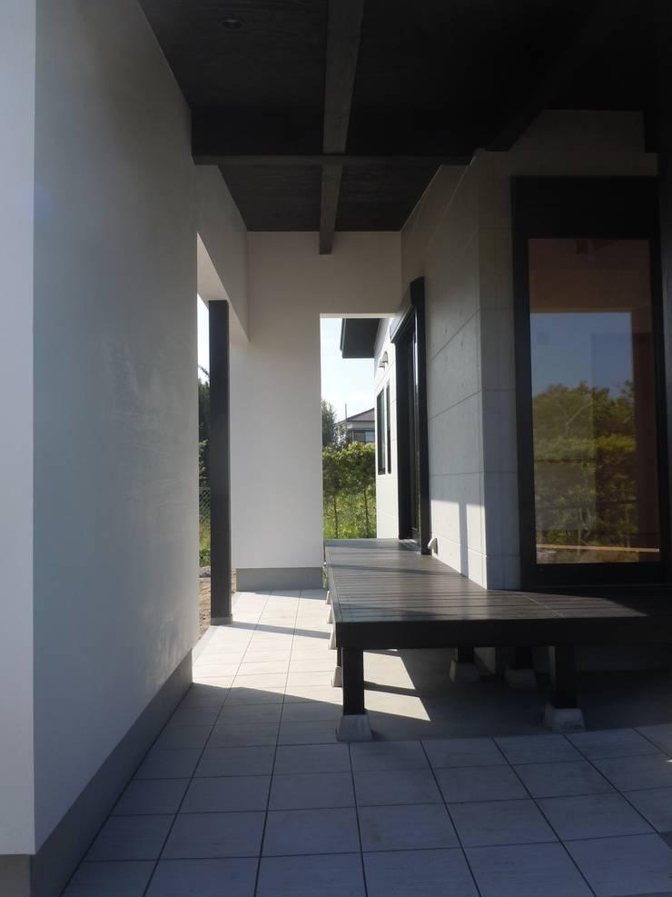 アプローチ空間: 青戸信雄建築研究所が手掛けたテラス・ベランダです。