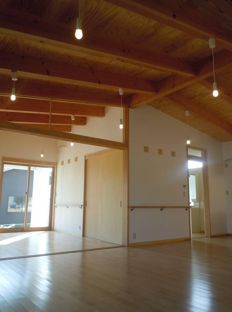 リビングより寝室・水廻り方向を見る: 青戸信雄建築研究所が手掛けたリビングです。