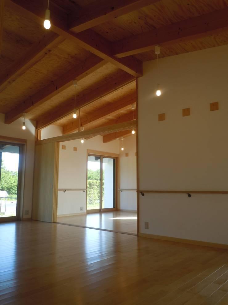 リビングより寝室を見る: 青戸信雄建築研究所が手掛けたリビングです。