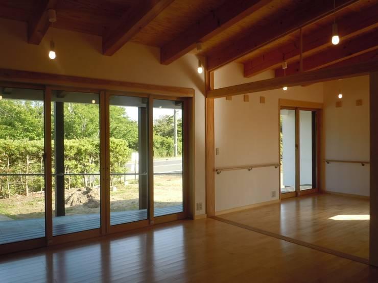 南側開口部を見る: 青戸信雄建築研究所が手掛けたリビングです。