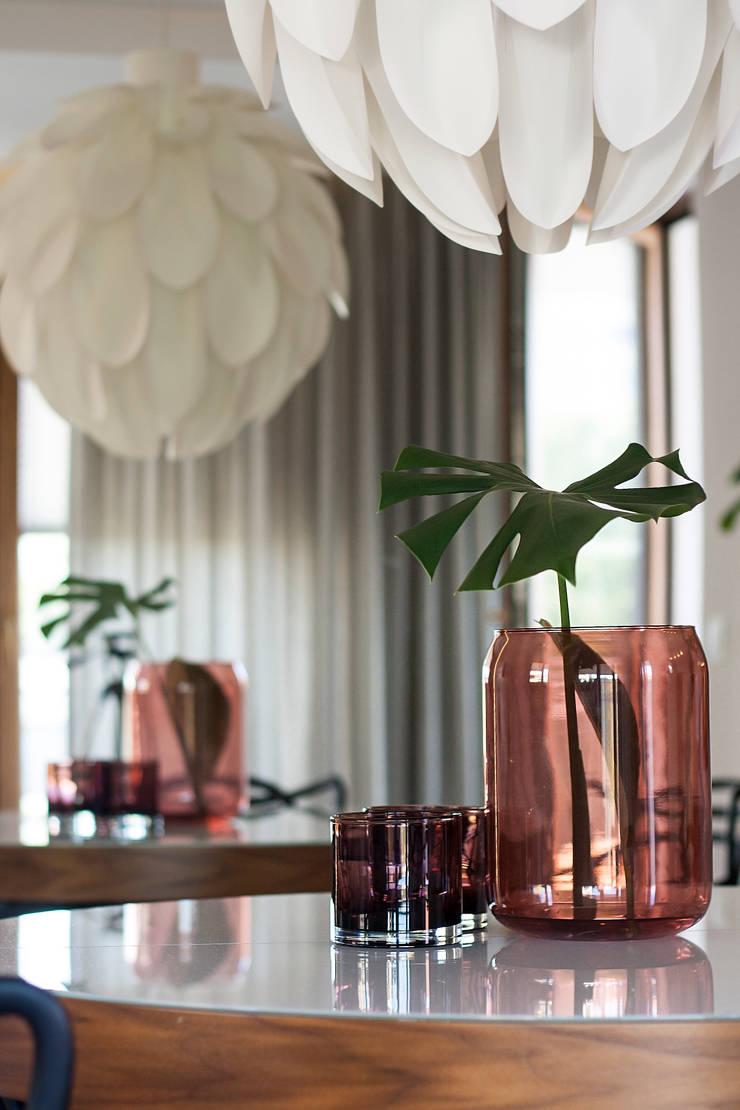 Mieszkanie z lustrem: styl , w kategorii Jadalnia zaprojektowany przez Finchstudio