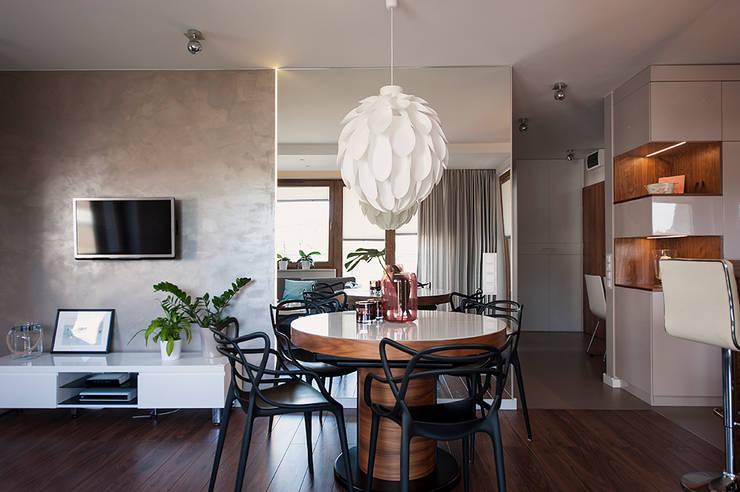 Mieszkanie z lustrem: styl , w kategorii Salon zaprojektowany przez Finchstudio