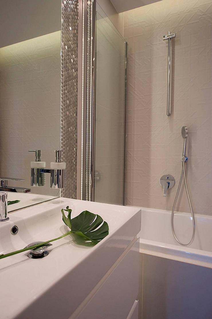 Mieszkanie z lustrem: styl , w kategorii Łazienka zaprojektowany przez Finchstudio