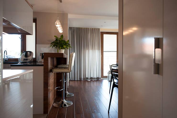 Mieszkanie z lustrem: styl , w kategorii Korytarz, przedpokój zaprojektowany przez Finchstudio