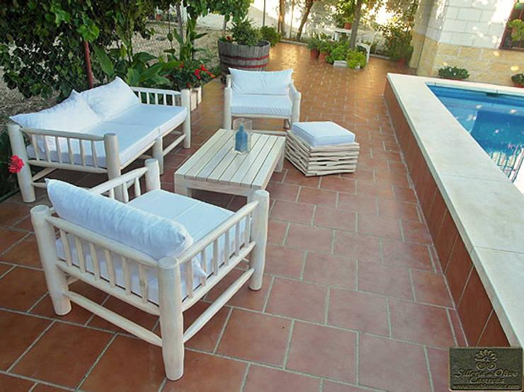 CONJUNTO PARA TERRAZA: Jardín de estilo  de MUEBLES DE OLIVO SIOLCA