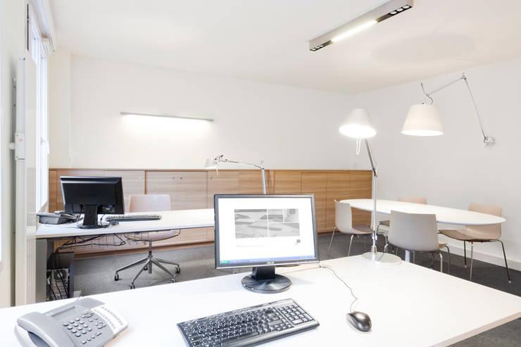 Agence Immobilière: Bureau de style de style Moderne par Tymeno