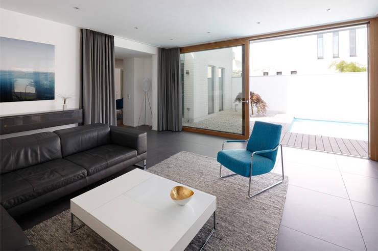 Anbau mit Aussenanlage: moderne Wohnzimmer von K3- Planungsstudio
