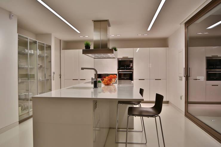 Vivienda Unifamiliar Picassent (2012): Cocinas integrales de estilo  de DosiCreatius