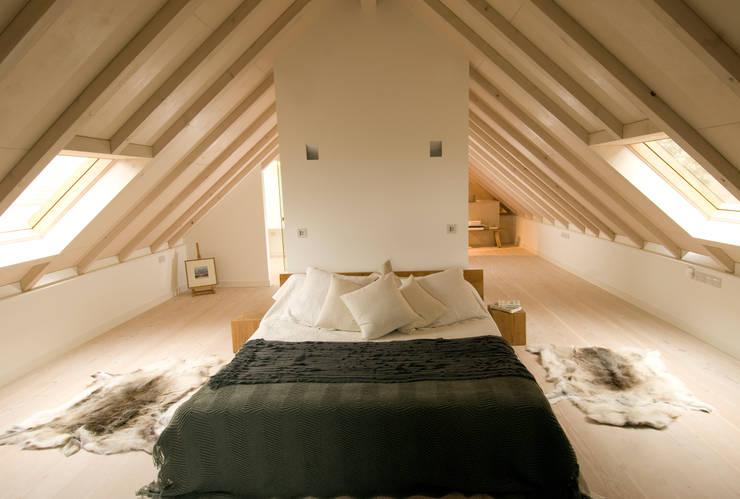 Les Bardeaux:  Bedroom by JAMIE FALLA ARCHITECTURE