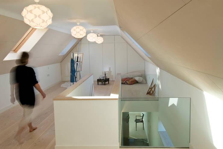 Les Bardeaux:  Corridor & hallway by JAMIE FALLA ARCHITECTURE