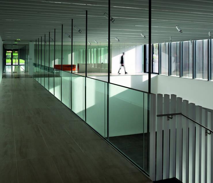 Centre Culturel – Les Quinconces:  de style  par Architectes Babin Renaud