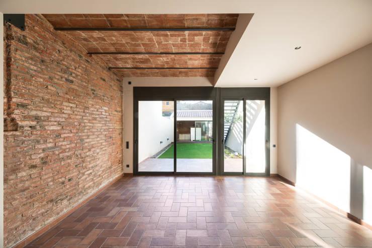Reforma Integral de una vivienda en Terrassa: Casas de estilo mediterráneo de MU Estudio Arquitectura