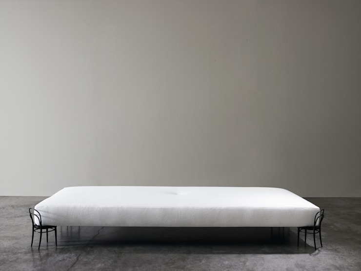 56 DAY BED: Camera da letto in stile  di Adele-C