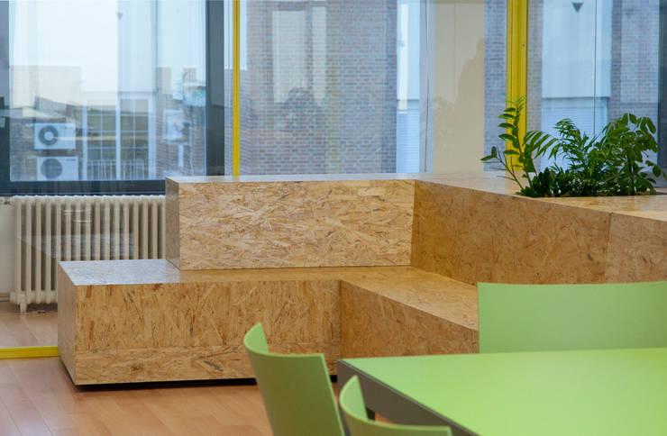 T2O media: Oficinas y Tiendas de estilo  de Stone Designs