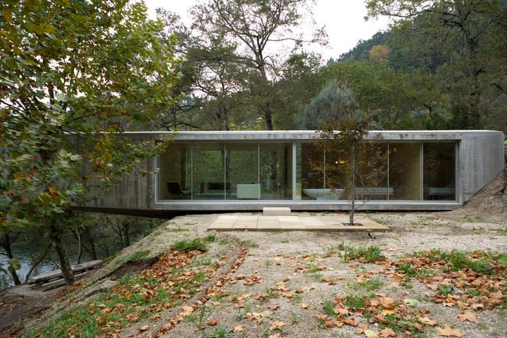 Houses by CORREIA/RAGAZZI ARQUITECTOS