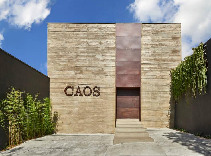 SHOWROOM CAOS:   por Eduarda Corrêa Arquitetura & Interiores