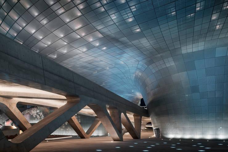 Salas de conferencias de estilo  por Zaha Hadid Architects