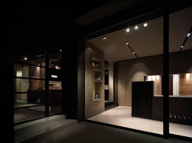 Parquet Diffusion Showroom – PRQ – 2011: Negozi & Locali commerciali in stile  di BARTOLETTI CICOGNANI
