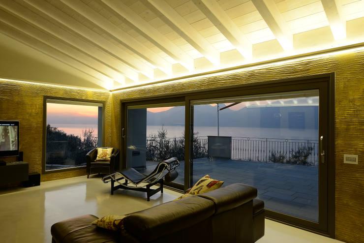 Villa a Castelletto di Brenzone: Soggiorno in stile  di AluK