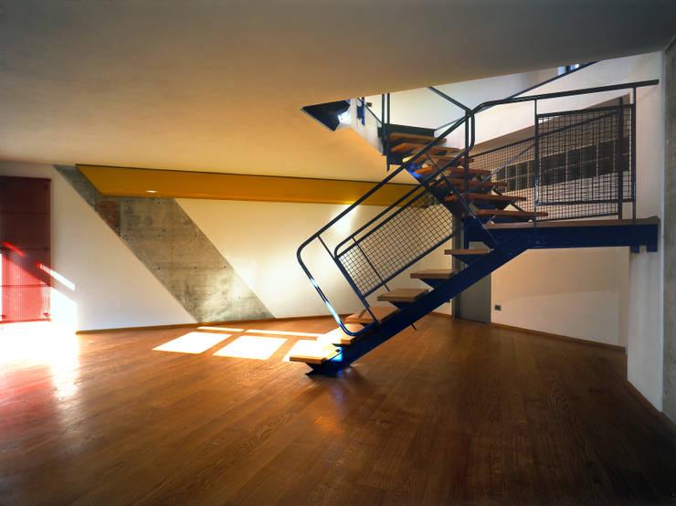 taverna e scala: Ingresso & Corridoio in stile  di RoccAtelier Associati