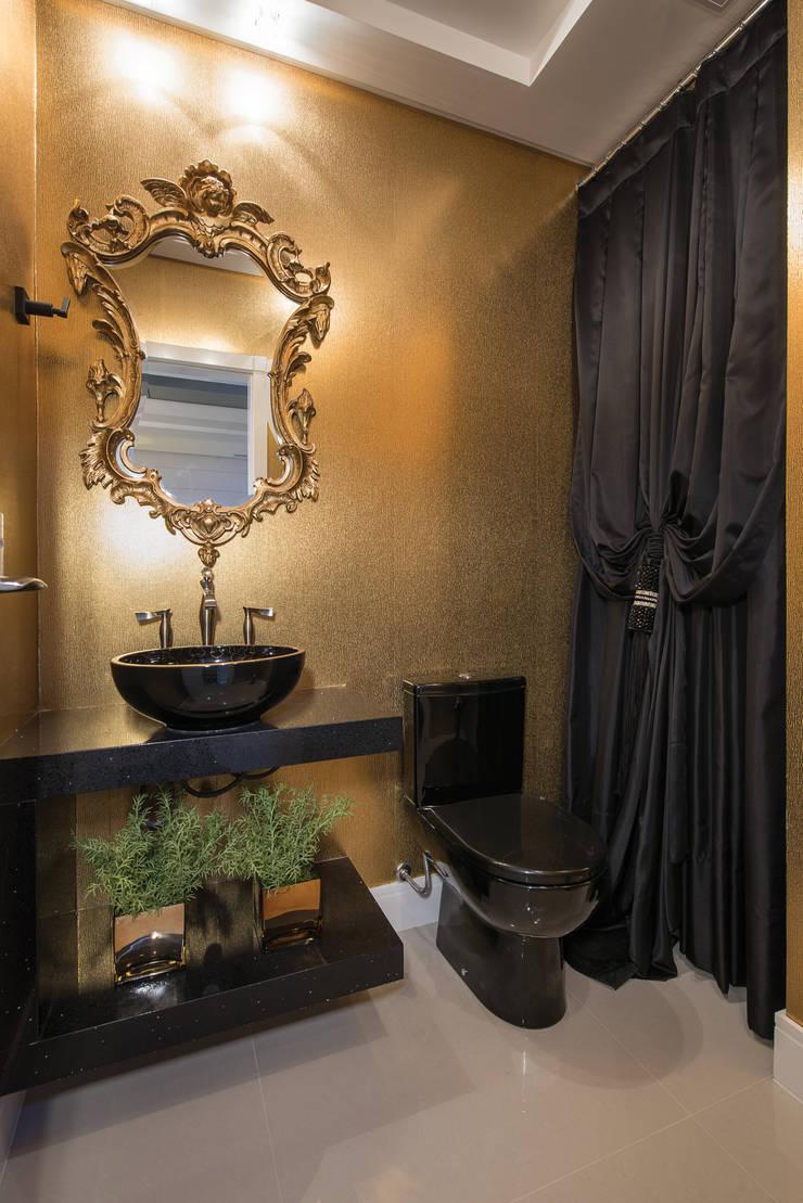 SHOW ROOM EM ITAPEMA, SANTA CATARINA: Banheiros  por Athos Peruzzolo Arquitetura