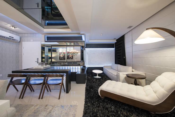 SHOW ROOM EM ITAPEMA, SANTA CATARINA: Salas de estar  por Athos Peruzzolo Arquitetura