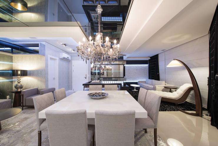 SHOW ROOM EM ITAPEMA, SANTA CATARINA: Salas de jantar  por Athos Peruzzolo Arquitetura