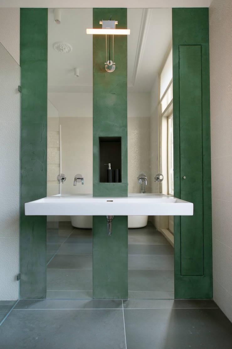 Stadsvilla Den Haag: moderne Badkamer door IJzersterk interieurontwerp