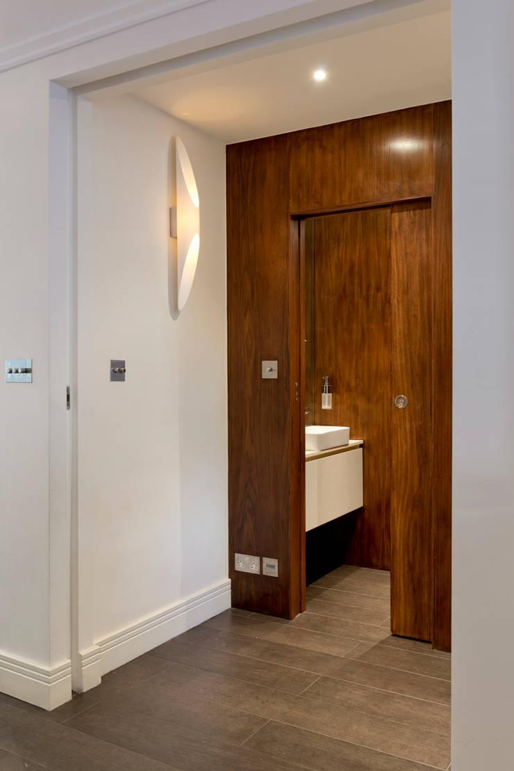 Cloakroom:  Corridor & hallway by DDWH Architects