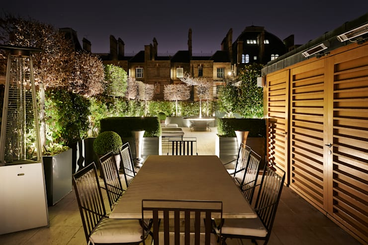 Nightime Alfresco Dining:  Garden by Cameron Landscapes and Gardens